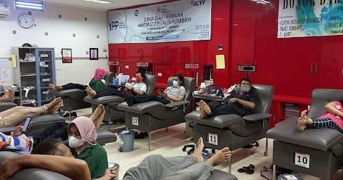 Suasana donor darah Ramadhan UTD PMI Kota Surabaya