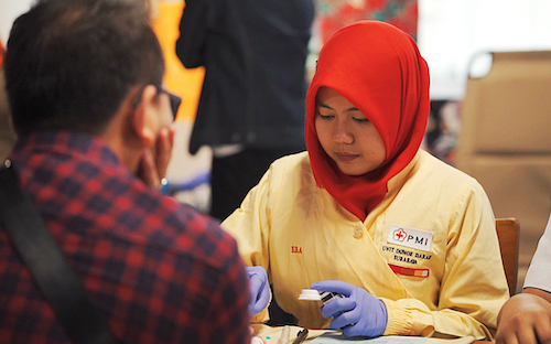Petugas PMI sedang tes darah sebelum donor darah